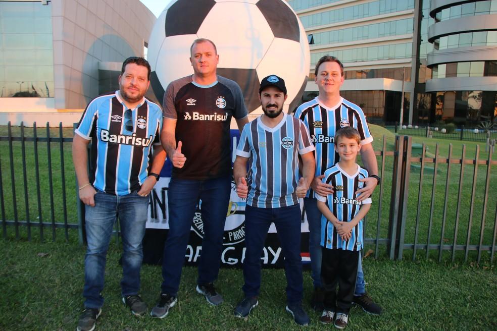Juninho (C) com amigos do consulado de Santa Rita — Foto: Eduardo Moura