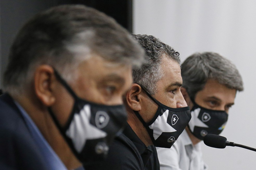 Ao lado de Chamusca, diretoria busca novos reforços — Foto: Vitor Silva/Botafogo