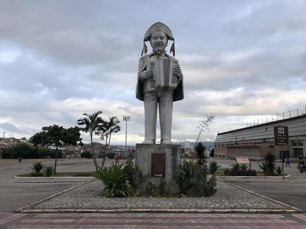 Estátua do Rei do Baião dá boas-vindas ao Pátio de Eventos vazio durante o mês de junho, em Caruaru — Foto: Lafaete Vaz/G1