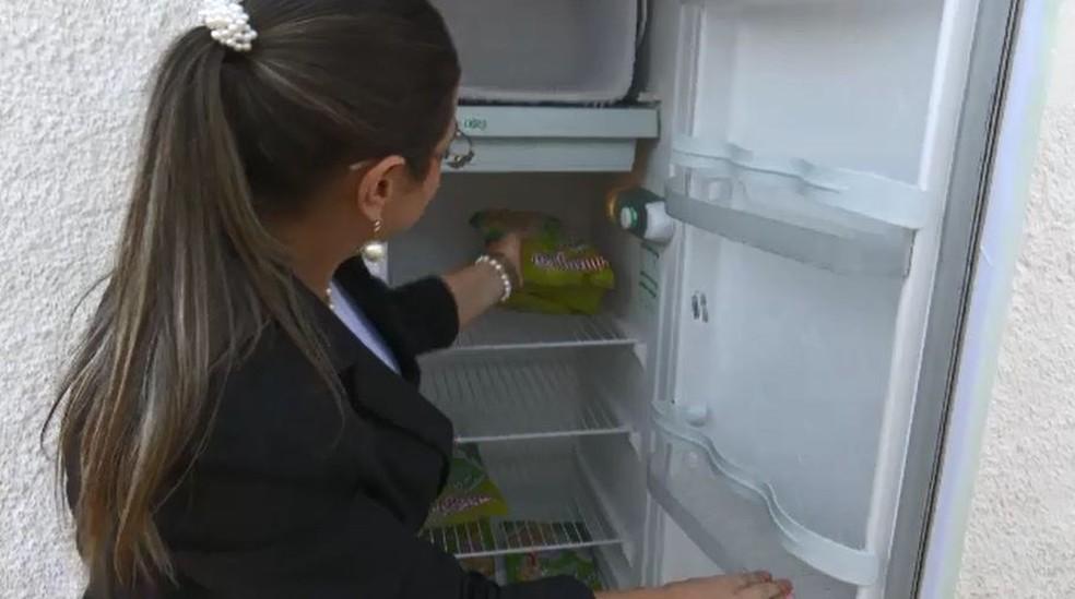 Muitas vezes o refrigerador fica vazio e Suellen pede que pessoas façam doações (Foto: Reprodução/Rede Amazônica Acre)