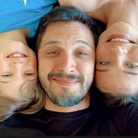 Romulo Estrela com a mulher, Nilma, e o filho, Theo (Foto: Arquivo Pessoal)