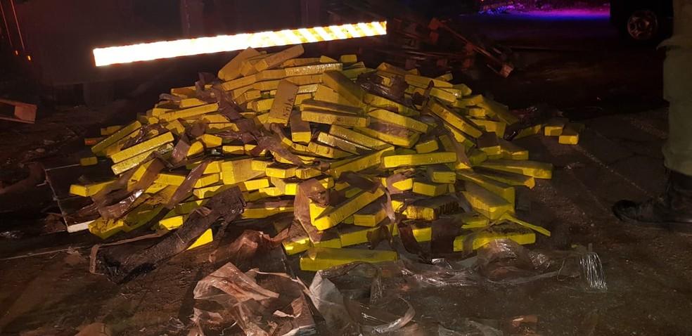 Droga estava em dois caminhões — Foto: PRF/Divulgação