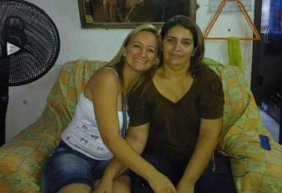 Idaliani Mendonça ao lado de Francisca Dantas: filha afirma que fez apelo a profissionais de saúde como forma de tentar ajudar a mãe — Foto: Arquivo pessoal