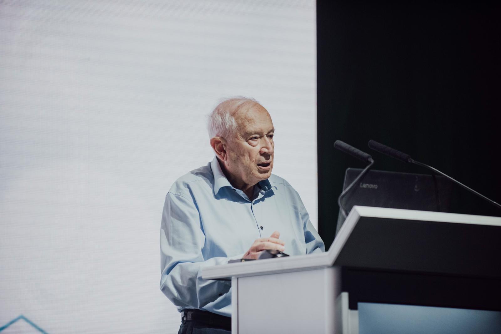 Raphael Mechoulam, o primeiro cientista a isolar e estudar os componentes da Cannabis na década de 1960, na abertura da CannX 2019 (Foto: Divulgação)