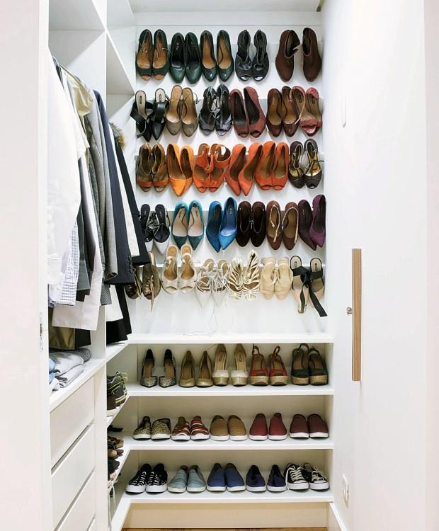 Sapateira. Com prateleiras de MDF revestidas de Formica, guarda a coleção de saltos de Guisele. Abaixo dela ficam os sapatos sem salto (Foto: Victor Affaro / Editora Globo)