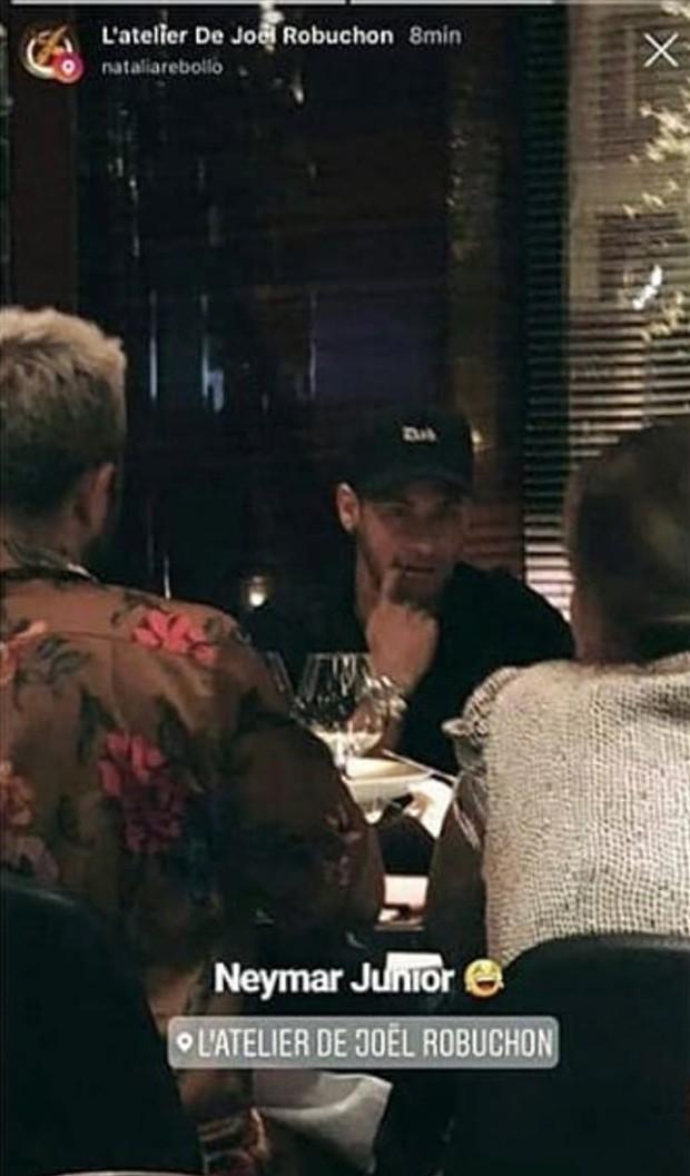 Neymar jantando em restaurante de Paris (Foto: Reprodução/Instagram)