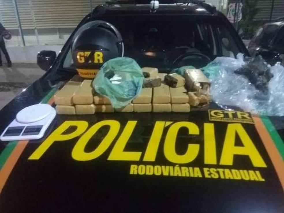 Material apreendido pela polícia com os dois suspeitos. — Foto: Reprodução