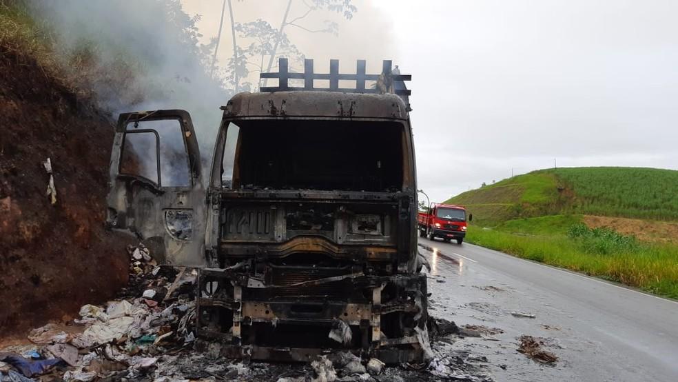 Fogo começou na cabine e se alastrou no caminhão, em Joaquim Nabuco — Foto: PRF/Divulgação