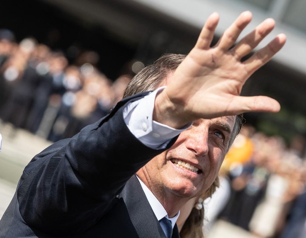 Bolsonaro acena ao público na Praça dos Três Poderes ao chegar no Rolls-Royce presidencial ao Palácio do Planalto — Foto: Fábio Tito/G1