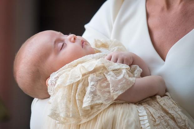 O príncipe Louis chegou ao local de seu batizado dormindo (Foto: Getty Images)