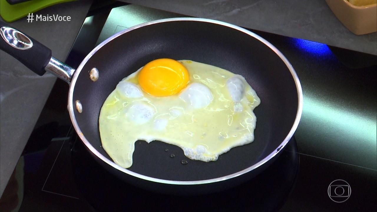 Ana Maria ensina Cauê Fabiano a fritar ovo