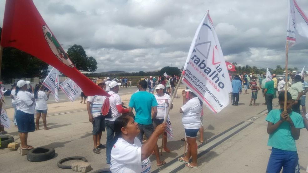 Manifestantes protestam na BR-101 em AL contra prisão de ex-presidente Lula (Foto: Coordenação do Movimento Via do Trabalho)