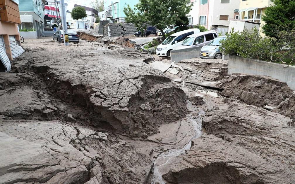 Rua danificada em Sapporo (Foto: Jiji Press / AFP)