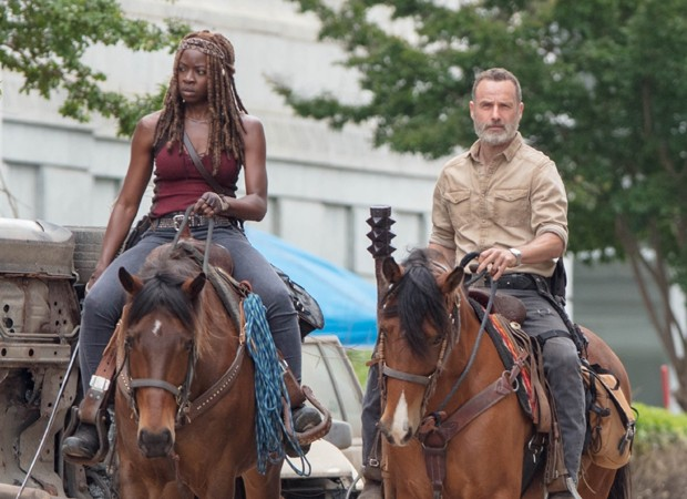 Danai Gurira (Michonne) e Andrew Lincoln (Rick Grimes) em cena da nova temporada de The Walking Dead (Foto: Backgrid)