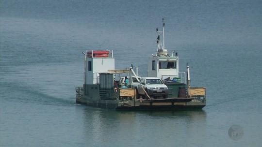Balsa que afundou parcialmente após caminhão perder freio volta a operar no Lago de Furnas