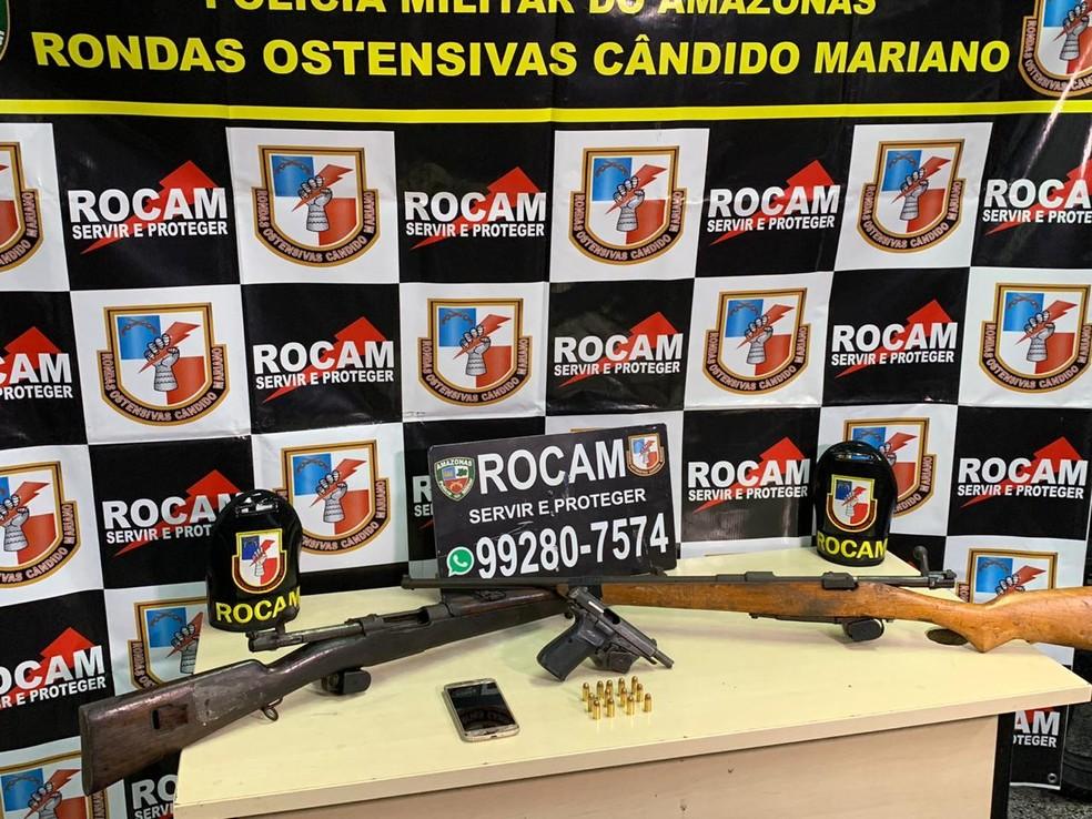 Após denúncia, jovem é preso com armamento de grosso calibre em beco no bairro da Compensa, em Manaus  — Foto: Polícia Militar