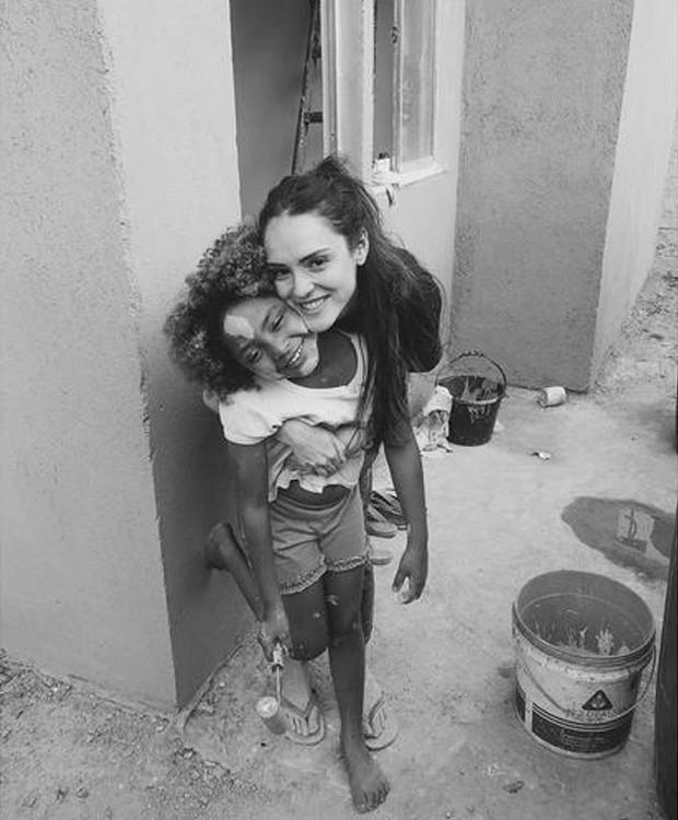 Isabelle Drummond reconstrói casas para pessoas carentes
