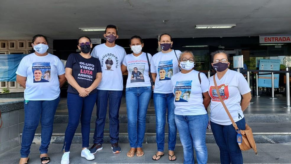 Familiares de Flávio Rodrigues — Foto: Eliana Nascimento/G1 AM