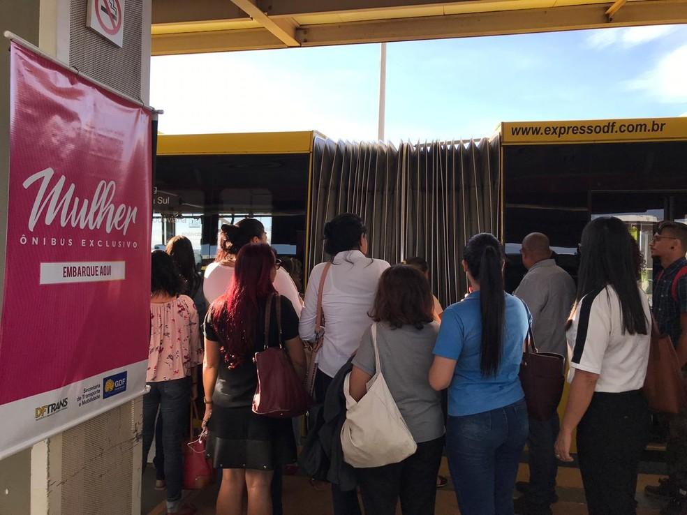 BRT começa a circular com duas linhas exclusivas para mulheres  — Foto: Natália Godoy/TV Globo