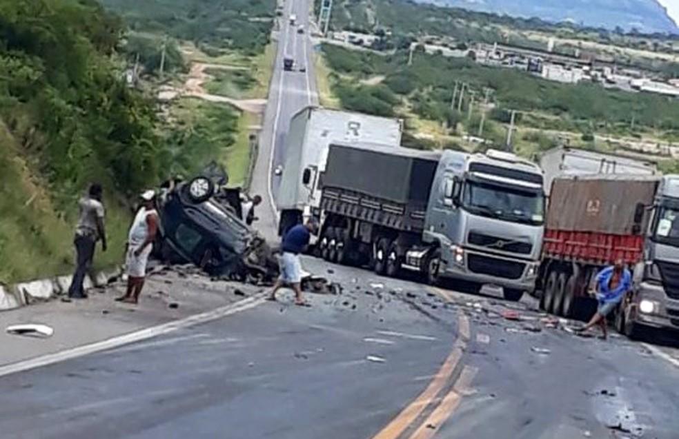 Batida envolvendo quatro veículos deixa uma pessoa morta em Milagres — Foto: Carlos José/Site do Voz da Bahia