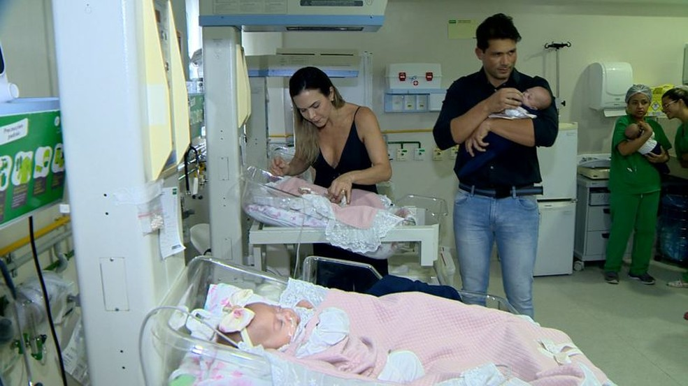 Os pais agora se preparam para levar as meninas para casa — Foto: Reprodução/TV Gazeta