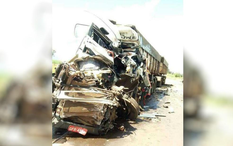 -  Caminhão fica destruído após bater de frente contra outro veículo, em Bom Jesus de Goiás  Foto: Reprodução/TV Anhanguera