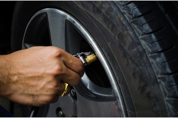 Verifique a calibragem correta dos seus pneus (Foto: Shutterstock)