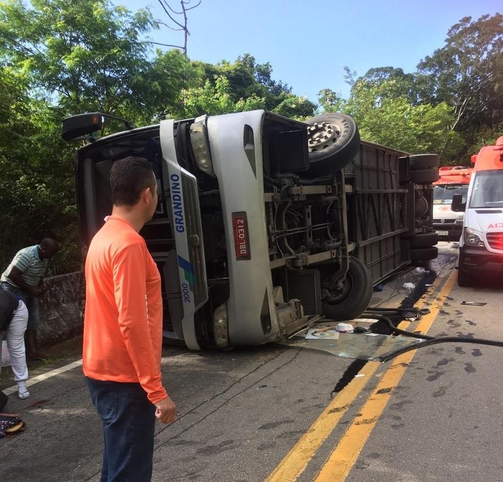 Ônibus com adolescentes a bordo tomou na serra de Boiçucanga em São Sebastião — Foto: Bombeiros/Divulgação