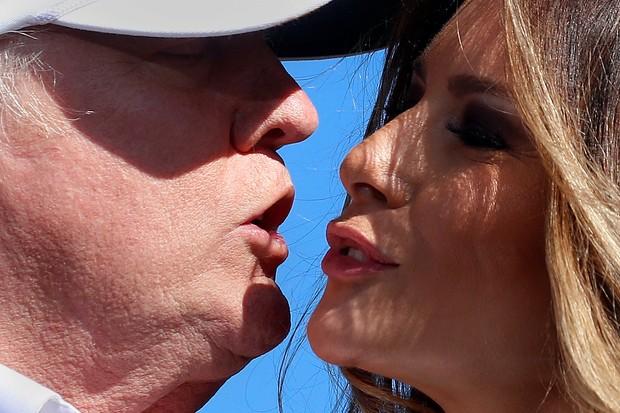 Melania e Donald Trump dão beijinho (Foto: Reuters)