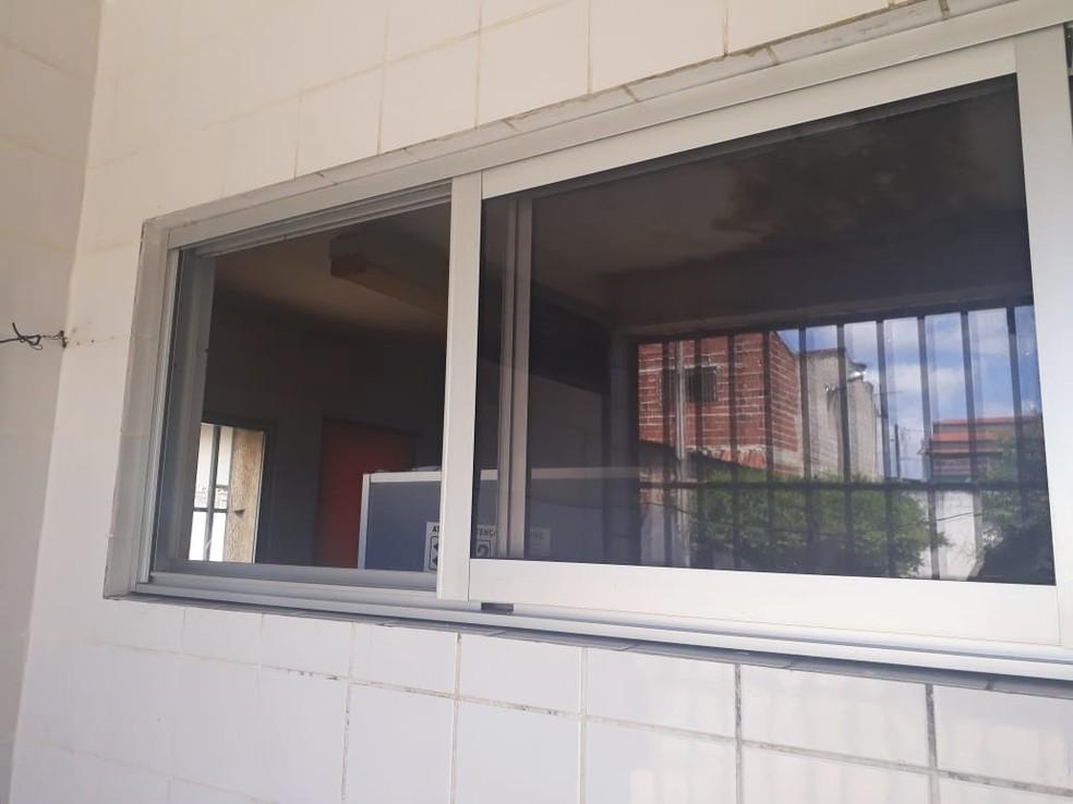 Depois que arrombaram o cadeado, ladrões retiraram a tela da janela e entraram na cozinha (Foto: Marksuel Figueredo/Inter TV Cabugi)