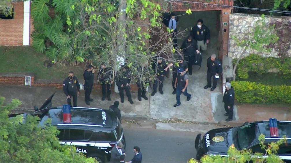 Fabricio Queiroz sendo levado pela polícia em Atibaia/SP — Foto: TV Globo