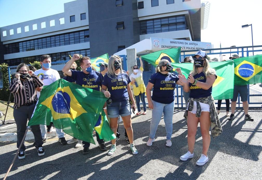 Manifestantes chegaram cedo na sede da PF para acompanhar a chegada do ex-ministro Sérgio Moro  — Foto: Giuliano Gomes/PR Press