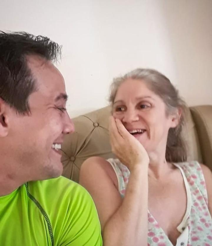 Com mãe acamada, professor mostra cuidados com ela na web e emociona em MS: 'É a minha criança grande'