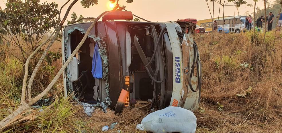 Ônibus saiu da pista e tombou na BR-364 em Porto Velho — Foto: PRF/Divulgação