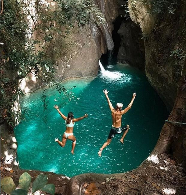 Kelly Castille, 33, e Kody Workman, 32, são estadunidenses que vivem em Bali, na Indonésia, e compartilham dicas de viagem na região (Foto: Instagram/ Reprodução)
