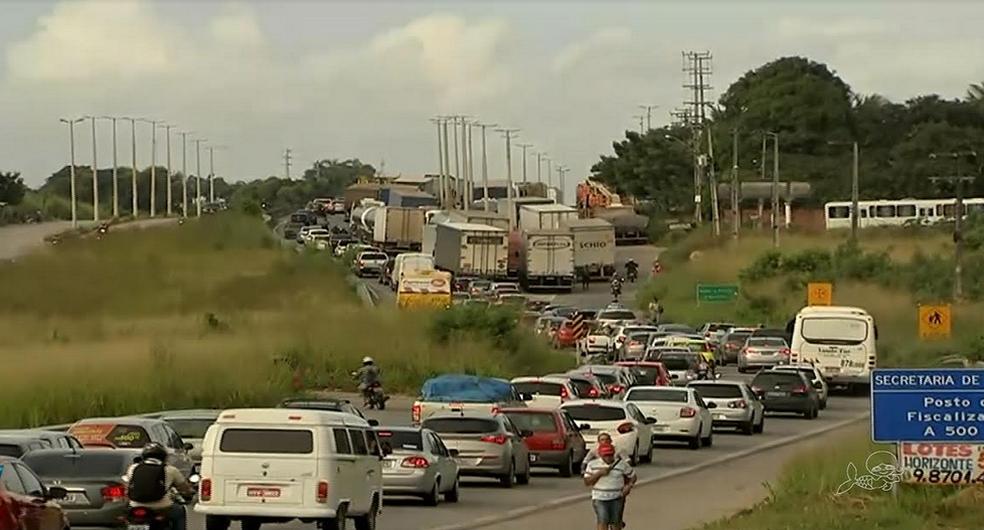 Paralisação dos caminhoneiros está em sete locais do Ceará. (Foto: Reprodução/TV Verdes Mares)