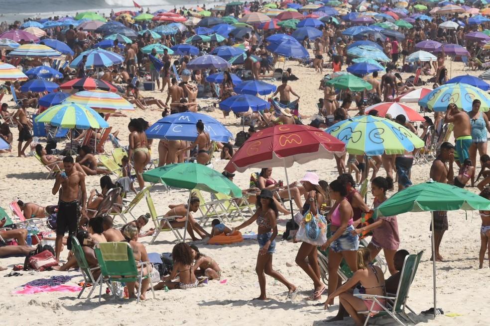 Movimentação na Praia de Ipanema, no Rio, na manhã deste domingo (6)  — Foto: Gabriel Bastos/Futura Press/Estadão Conteúdo
