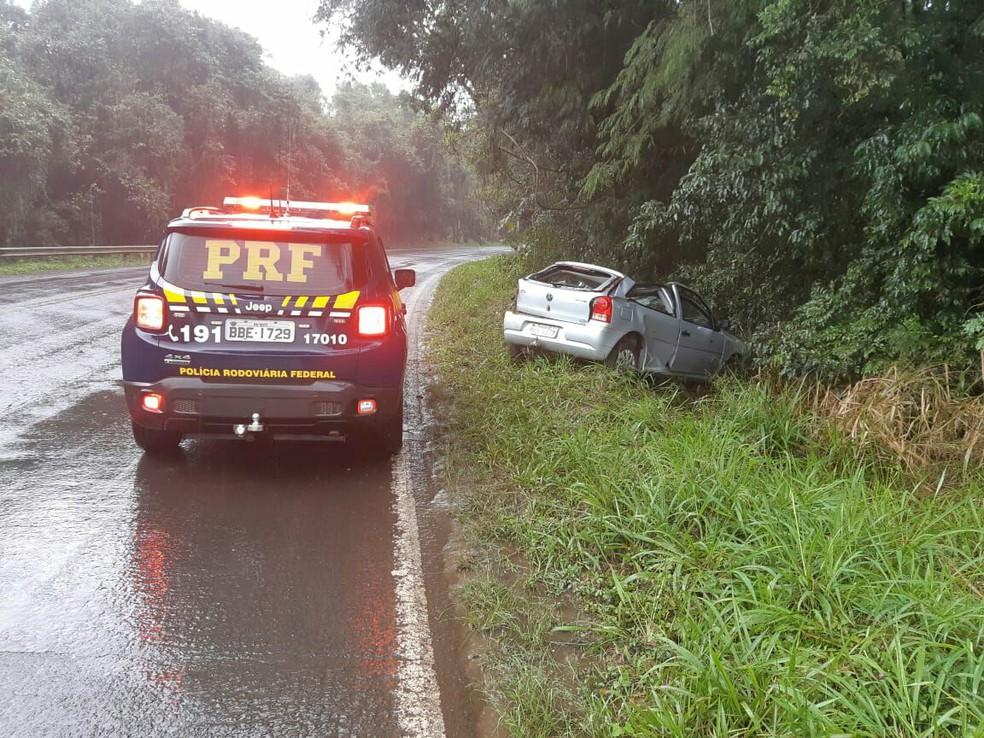 Carro capotou e bateu em árvore em Candói — Foto: Divulgação/PRF