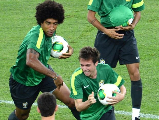 Dante e Bernard Seleção Brasileira (Foto: Agência AFP)