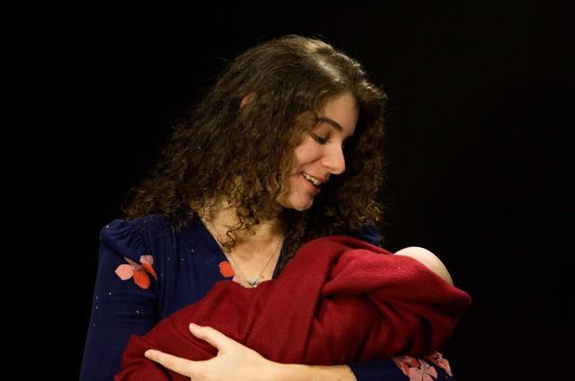 Giulia Bertolli, filha da Lilia Cabral, na peça 'Esta criança' (Foto: Pablo Henriques)