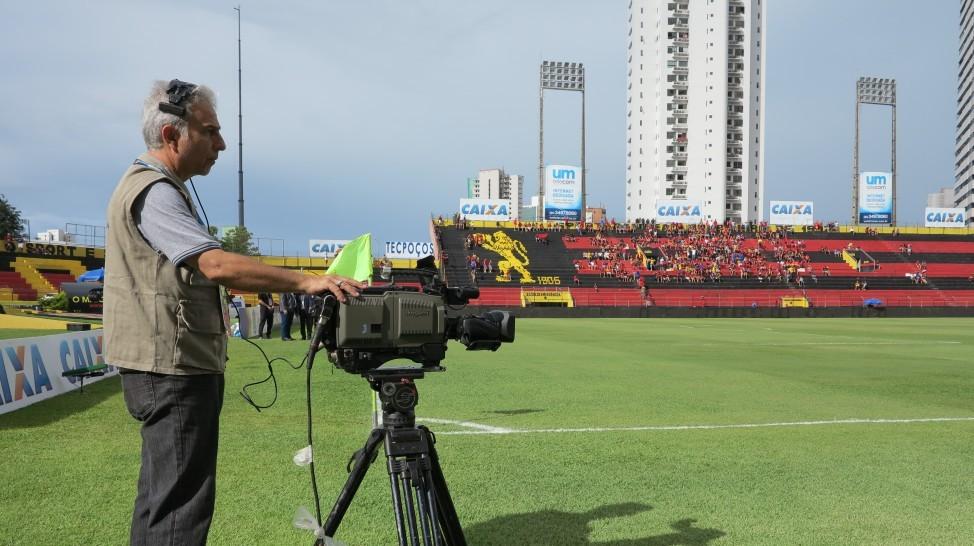 Câmera posicionada na lateral do campo