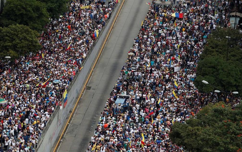 Manifestantes contrários a Maduro protestam em Caracas nesta quarta (23) — Foto: Carlos Garcia Rawlins/Reuters