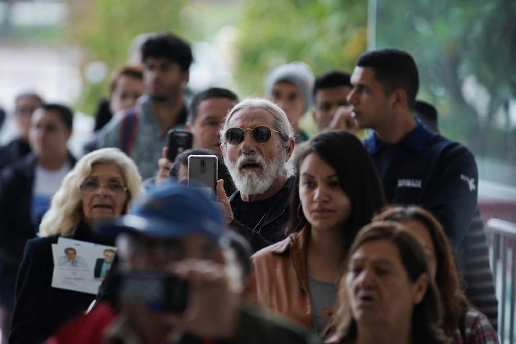 Multidão faz fila na manhã desta sexta (29) para visitar velório de Gugu na Alesp — Foto: Marcelo Brandt/G1