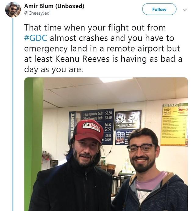 O ator Keanu Reeves na companhia de um fã que estava no mesmo avião que precisou fazer um pouso de emergência no interior da Califórnia (Foto: Twitter)