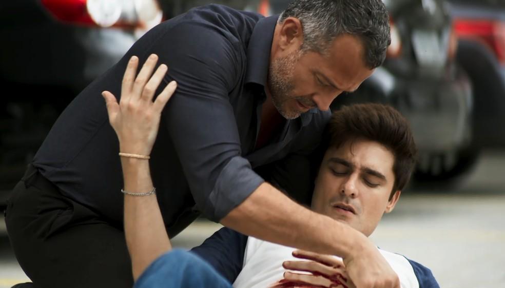 Leandro (Guilherme Leicam) é ferido após salvar a vida de Merlin, em 'A Dona do Pedaço' — Foto: Globo