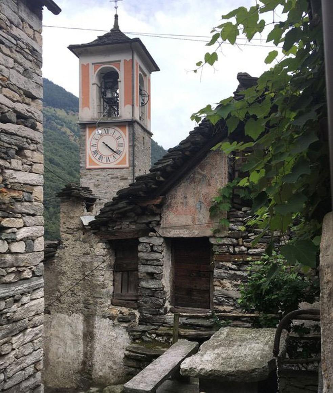 A maior parte das construções da vila está deserta - os jovens foram embora (Foto: BBC)