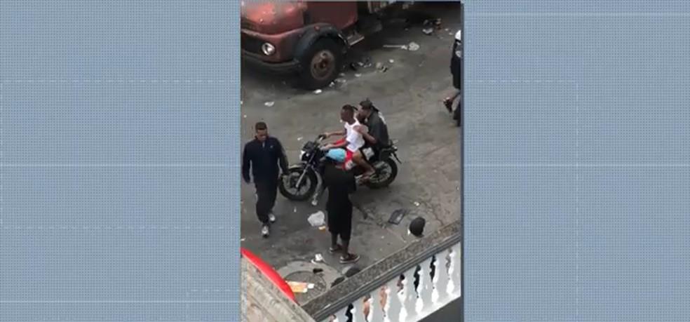 Dois homens exibem submetralhadora em baile funk em SP — Foto: TV Globo/Reprodução