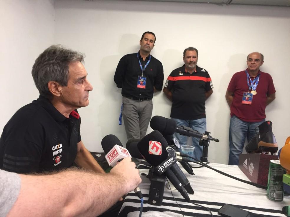 Lomba e Bandeira assistem à coletiva de Carpegiani: atual vice de futebol foi indicado para sucessão do presidente do Flamengo — Foto: Raphael Zarko / GloboEsporte.com