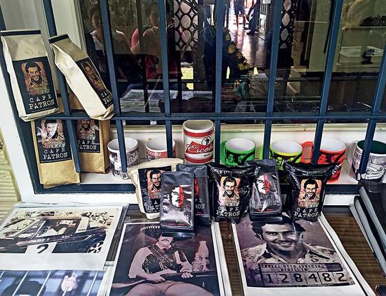 """Ao fim da visita dos turistas, são oferecidos suvenires com o rosto e slogans do """"patrón"""", como camisetas, chaveiros, canecas, café em pó, pôsteres e livros biográficos (Foto: Rodrigo Pedroso)"""