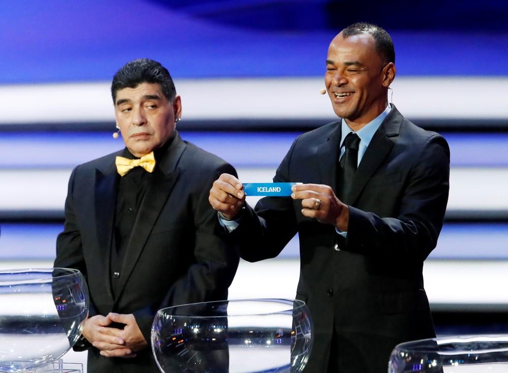 Maradona observa Cafu durante o sorteio da Copa do Mundo (Foto: Sergei Karpukhin/Reuters)